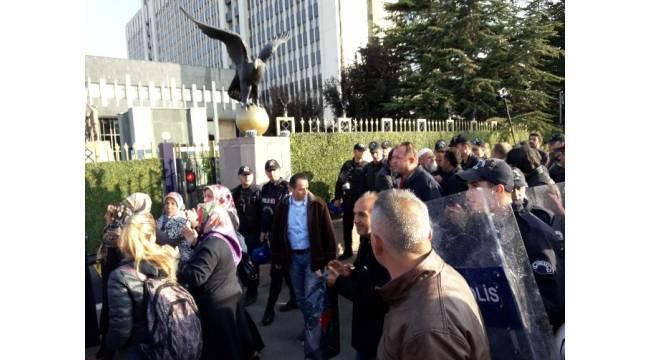 Valilik kararının ardından eylem yapmak isteyen grup, polis ekipleri tarafından uzaklaştırıldı