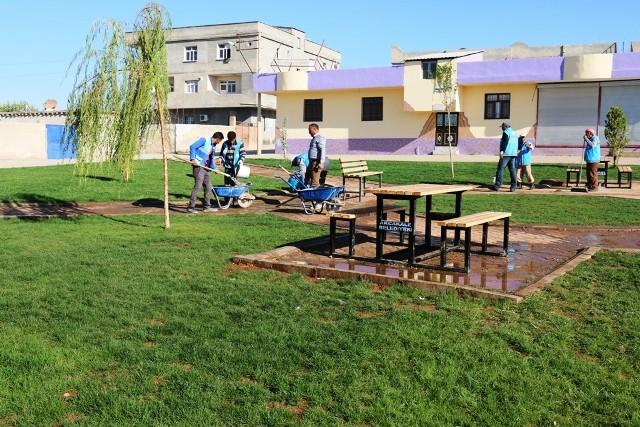 Akçakale'de parklar piknik masaları ile donatılıyor