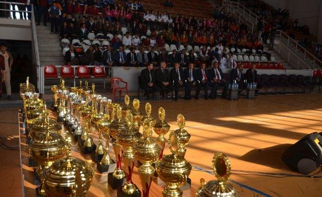 Başarılı olan öğretmen ve öğrenciler ödüllendirildi