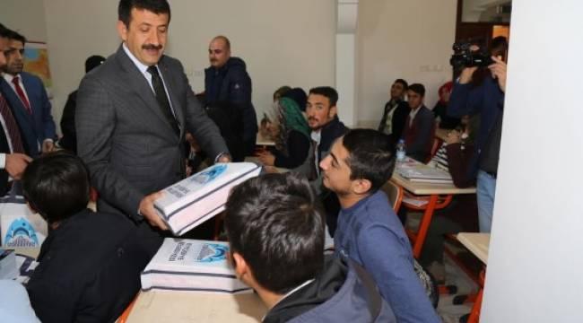 Ekinci'den gençlere kitap desteği