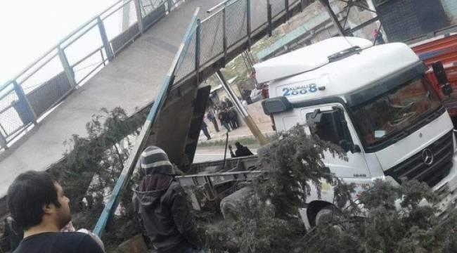 Damperi açık kamyon üst geçidi yıktı