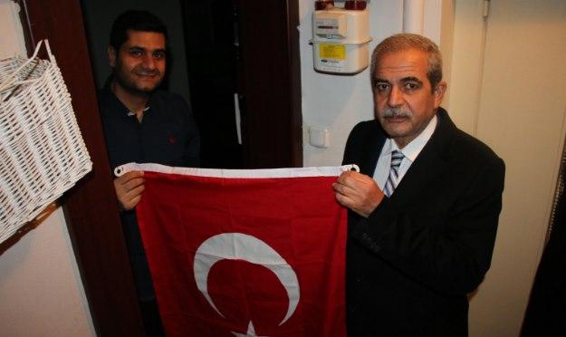 Milli Seferberlik çağrısı ile Urfalılar Bayrak dağıtıldı