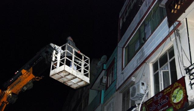 Ya Çatıdan atlayarak yada Vinç ile evine giriyor