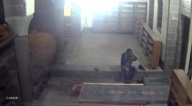 Ayakkabı hırsızı cami kamerasında
