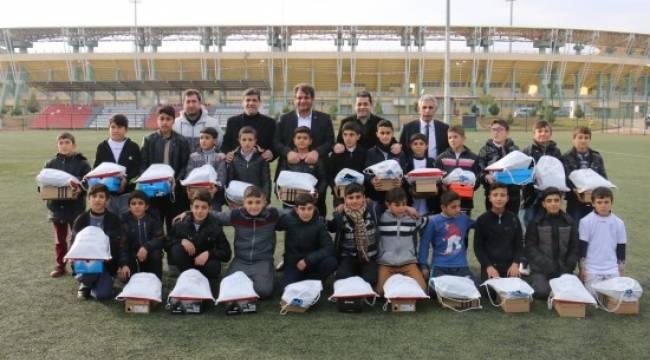Ayhan'dan genç sporculara destek