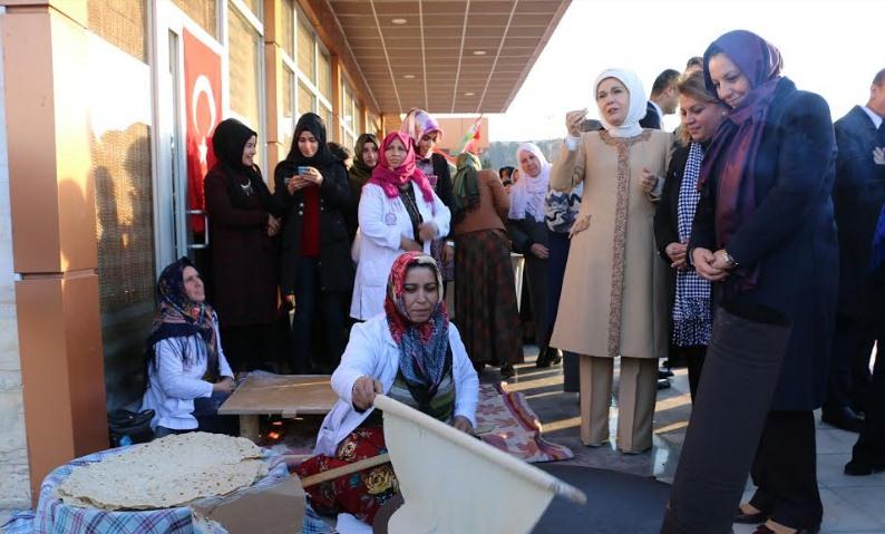 Emine Erdoğan,Hamarat eller çarşısını inceledi (Video)