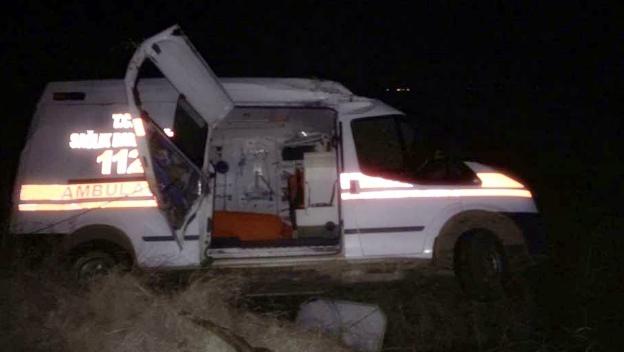 Kazaya yerine giden ambulans takla attı: 3 yaralı