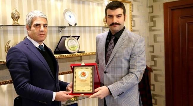 Yosunkaya'dan Emniyet müdürü Çetin'e plaket