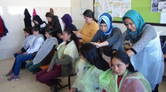 Kırsaldaki kız öğrencilere saç bakımı