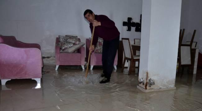 Siverek'te mağaza deposunu su bastı