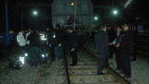 Tren vagonunun üzerinden geçerken elektrik akımına kapıldı
