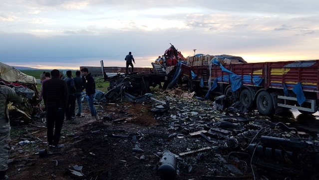 Mardin'de Urfalı 2 Tır Sürücüsü kafa kafaya çarpıştı
