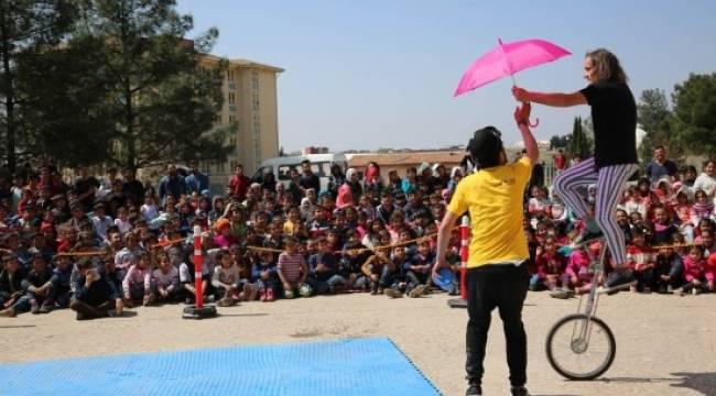 Suriyeli ve Türk öğrenciler için sirk gösterisi