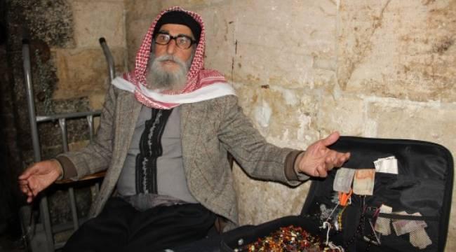 Urfa'da işsiz kalan oyuncu tespih ustalığı yapıyor