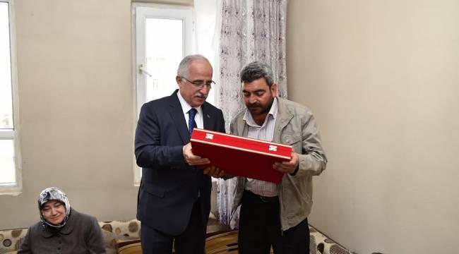 Vali Tuna Şehit Koroç'un ailesini ziyaret etti