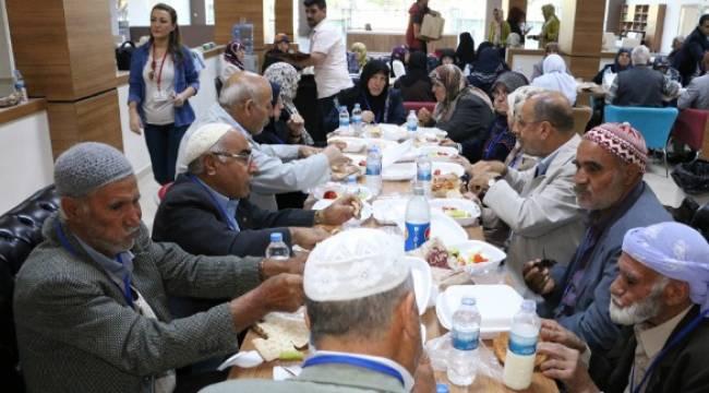 Büyükşehir yaşlıları Çanakkale'ye gönderdi