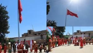 Suriye sınırına Mehter Marşı'yla dev Türk bayrağı çekildi