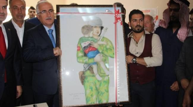 Suriyeli ressamdan anlamlı hediye