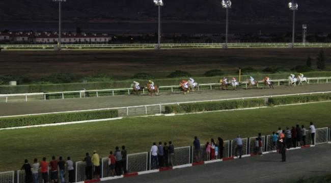 Elazığ'da gece at yarışları başladı