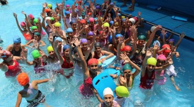 Gençler hem serinliyor hem de yüzmeyi öğreniyor