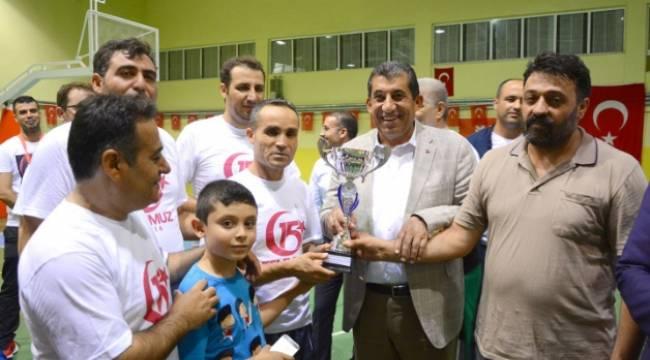 Kazandıkları kupayı 15 Temmuz şehidinin ağabeyine verdiler-Videolu Haber