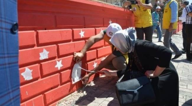 Okul duvarını ay yıldızlarla donattılar