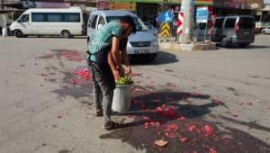 Parçalanıp yola dağılan karpuzları esnaf temizledi