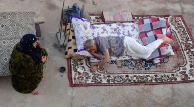 Sıcaktan bunalan vatandaşlar teraslarda yatıyor