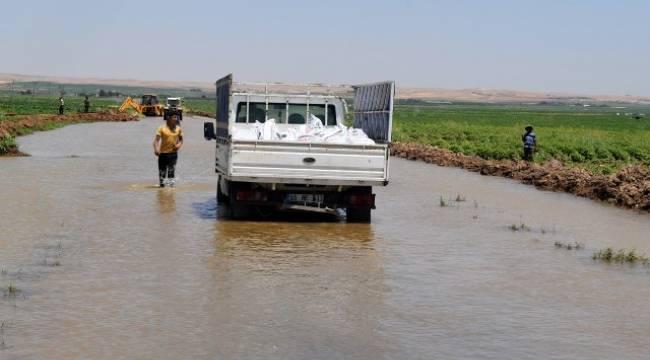 Yollar yarılıyor, verimli araziler suya kapılıp gidiyor