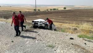 Adıyaman'da Otomobil şarampole yuvarlandı, 2 yaralı