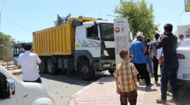 Hafriyat kamyonu araçları tarumar edip direği devirdi-Videolu Haber