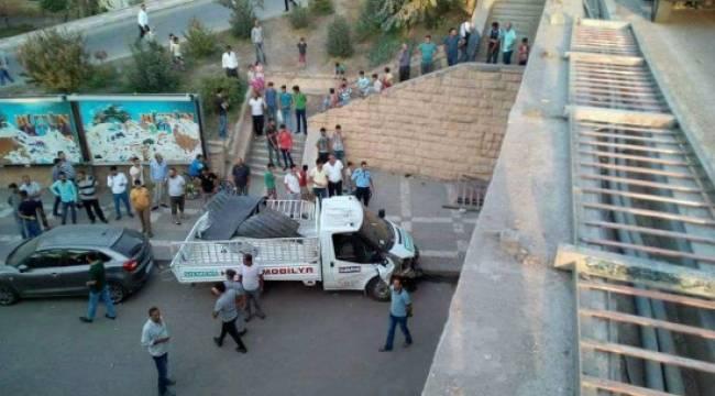 Şanlıurfa'da kamyonet köprüden düştü: 3 yaralı