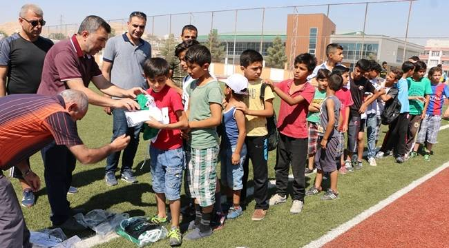Urfa'daki Suriyeli çoçuklara spor malzemesi dağıtıldı-Videolu Haber