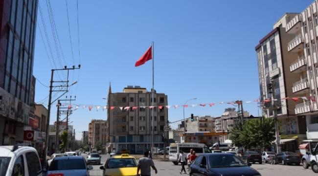 Viranşehir'e dev Türk Bayrağı dikildi