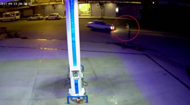 Otomobilin yayaya çarpma anı güvenlik kamerasında