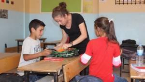 Şehit Öğretmen Necmettin Yılmaz'ın öğrencilerine kırtasiye yardımı