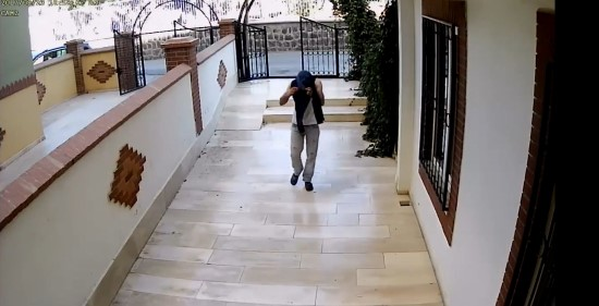 Yüzünü gizleyen hırsızı yürüyüşü ele verdi - Video Haber
