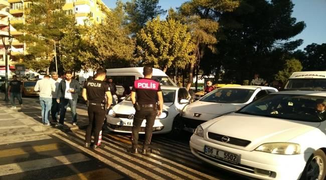 Abide'de Birbirine yol vermeyen sürücüler kaza yaptı