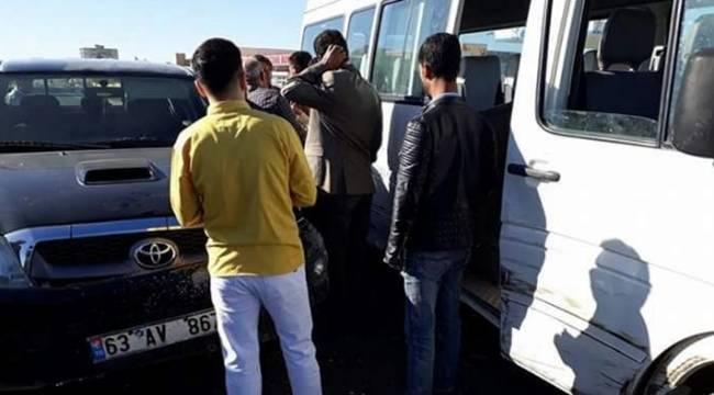 Akçakale Yolunda Otomobil, yolcu taşıyan minibüse çarptı