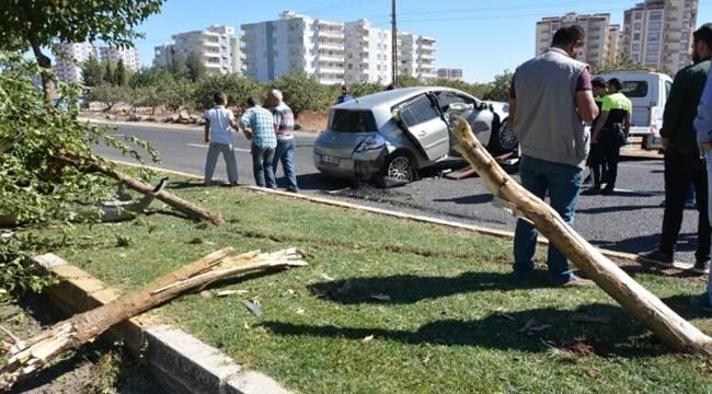 Kontrolden çıkan otomobil refüje çarptı, 1 yaralı