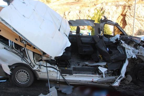 Öğrenci servisi kamyona çarptı: 12 yaralı