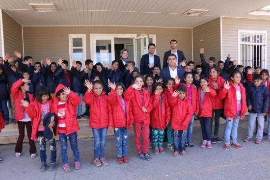 Siverek'te 2 bin öğrenciye mont yardımı yapıldı