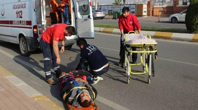 Araç tarafından sıkıştırılan motosiklet sürücüsü kaza yaptı