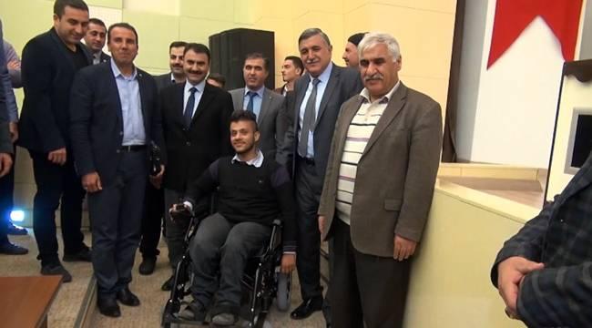 Suriyeli öğrenciye akülü tekerlekli sandalye verildi-Videolu Haber
