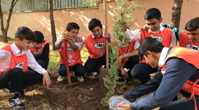 TEMA Vakfı öğrenciler ile ağaç dikti