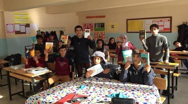 Viranşehir'den kitap, Yüksekova'dan mutluluk fotoğrafı