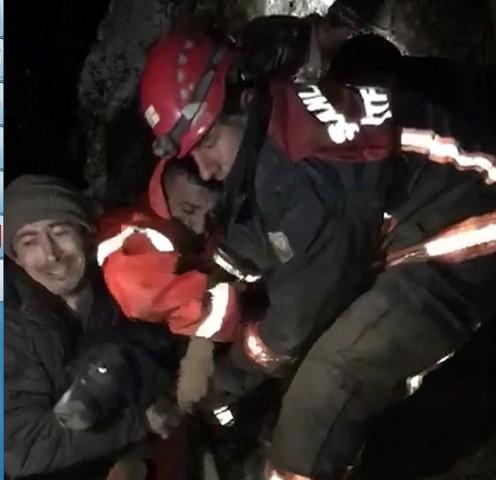 7 gündür kayalıkta mahsur kalan köpek kurtarıldı