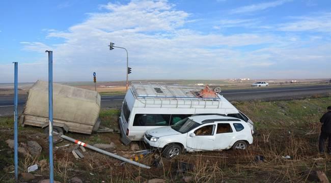 İşçileri taşıyan minibüs ile otomobil çarpıştı