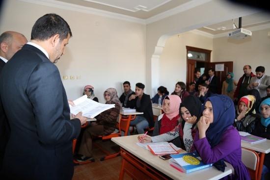 Kurs gören öğrencilere kitap dağıtıldı