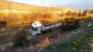 Şarampole devrilen tır, kayalık arazide 150 metre sürüklendi: 2 yaralı